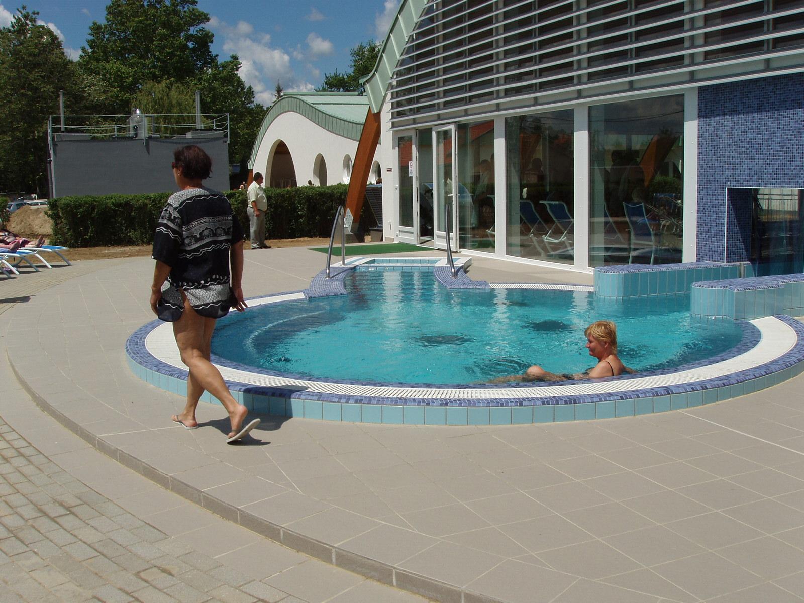 A kültéri gyógyvizes medence kiúszóval napozóterasszal