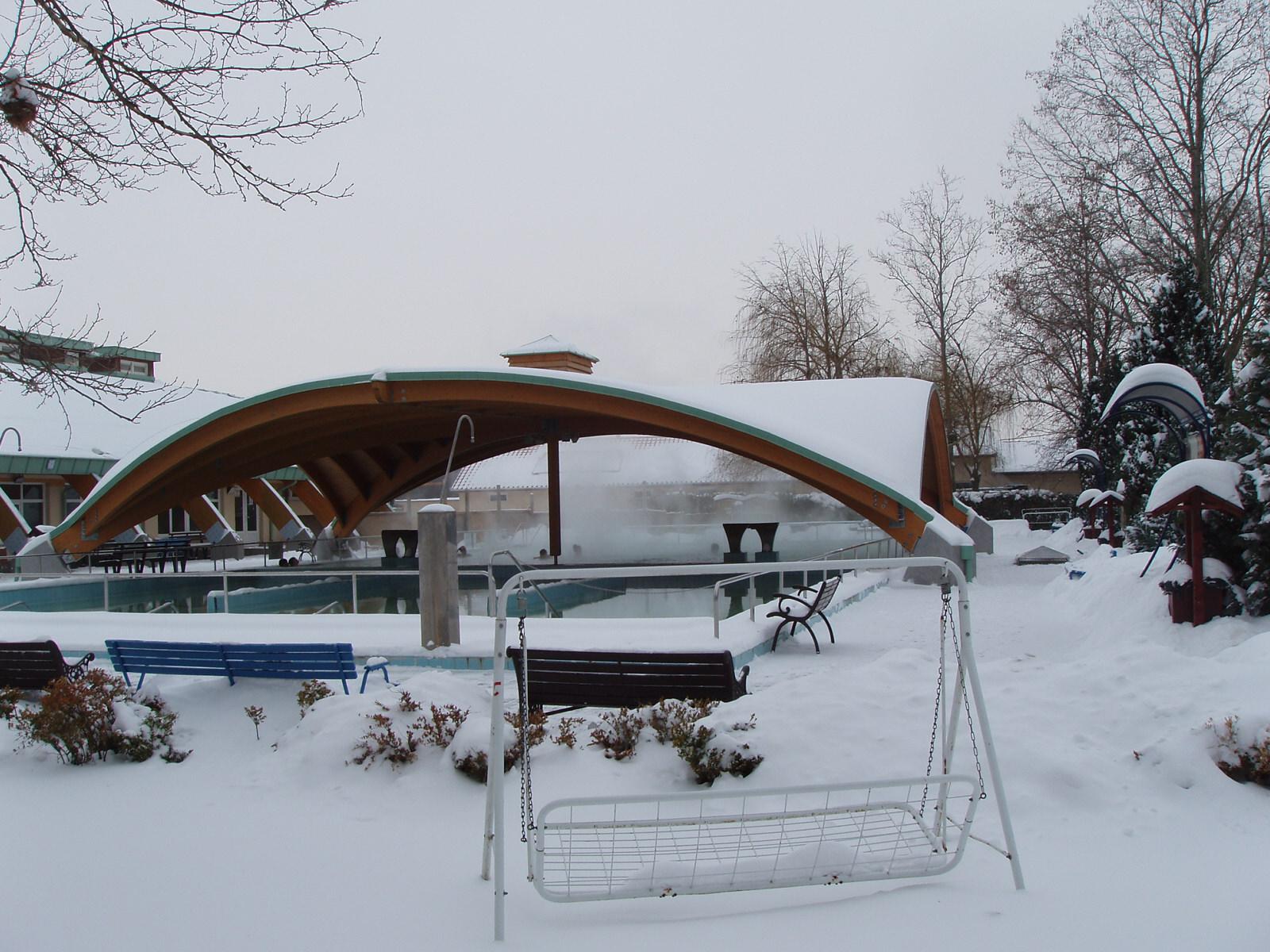 A kinti gyógyvizes medence télen