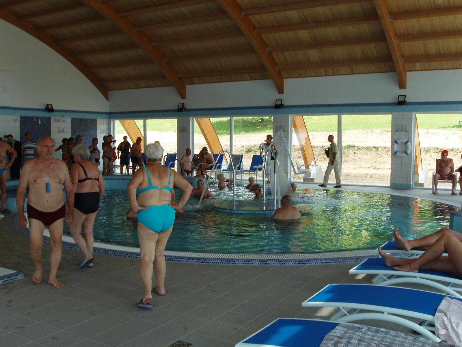 Belső felnőtt sodrófolyosós medence élményelemekkel