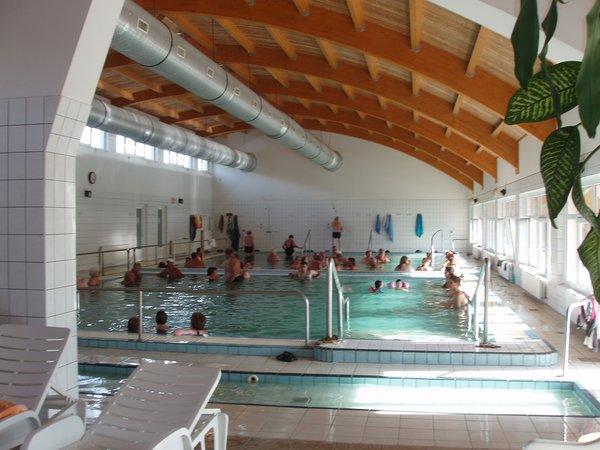 Termálvízzel feltöltött így gyermekek fürdésére is alkalmas fedett medence 34-38C